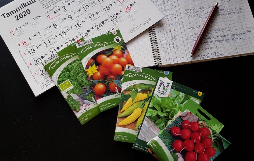 Siemenpussit, muistiinpanovihko ja  kuukalenteri auttavat kylvöaikataulun suunnittelussa.